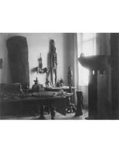 Vue de l'appartement de Walter Bondy, vers 1930. Le crochet à crânes est visible, accroché au mur, sur la droite.© Martin Doustar.