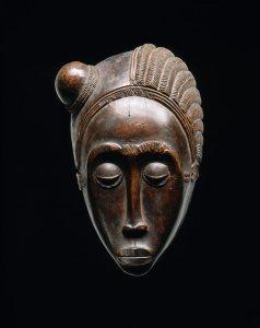 Masque à la coiffure double, « Maître d'Essankro », Côte d'Ivoire, région baoulé, vers 1880. H. : 25 cm. © Collection du Dr Wolfgang Felten. Ex-coll. Frederick R. Pleasants, New York, acquis avant 1938.