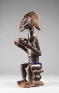 Figurine masculine assise tenant une coupe, « Maître d'Himmelheber », Côte d'Ivoire, région baoulé, XIXe siècle. H. : 38,4 cm. © Collection privée, New York. Collectée par Hans Himmelheber en 1933.
