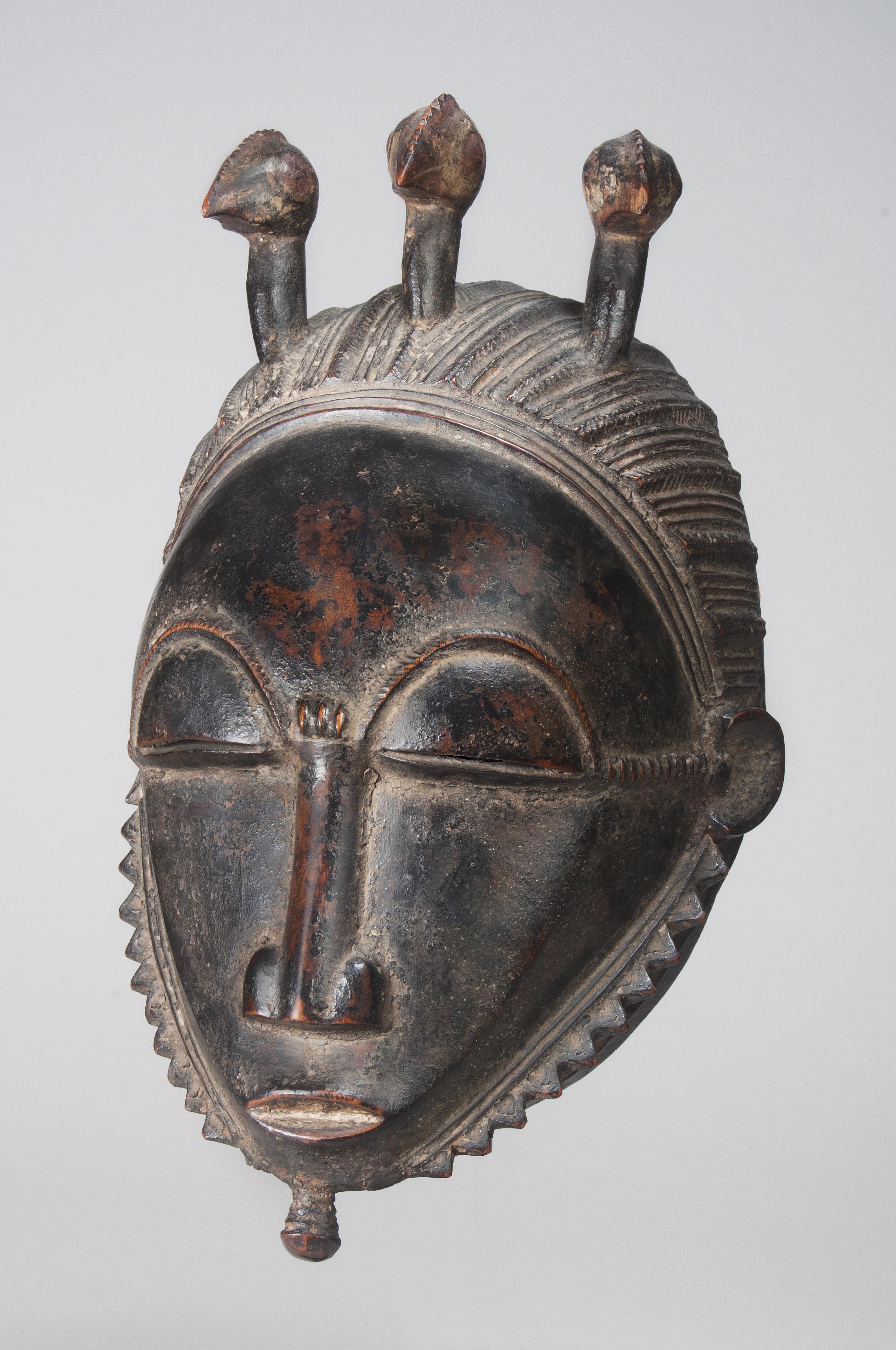 masque africain avec oiseau sur la tete