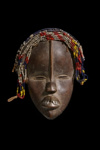 Masque déanglé aux traits féminins par Tamé, Liberia, région dan occidentale, Nyor Diaplé vers 1930. H. : 25,5 cm. © Collection Barbara et Eberhard Fischer. Collecté par Hans Himmelheber, vers 1950.