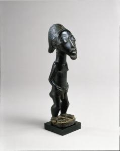 Figurine masculine debout, « Maître d'Himmelheber », Côte d'Ivoire, région baoulé, XIXe siècle. H. 31,8 cm. © Curtis Galleries, Minneapolis. Ex-coll. Paul Chadourne, Paris, acquise vers 1950.