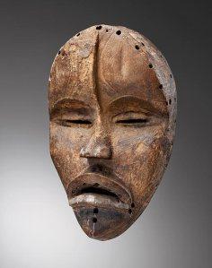 Grand masque à nervure frontale par Sra, Côte d'Ivoire, région dan méridionale, vers 1930. H. : 34 cm. © Collection privée, acquis à Abidjan avant 1970.