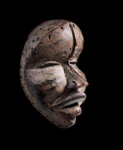 Grand masque à nervure frontale par Sra, Liberia, région dan ou wè occidentale, Béléwalé, vers 1930. H. : 31 cm. Museum Rietberg, Zurich ; don du Rietberg-Kreis. Collecté par Hans Himmelheber, vers 1950.