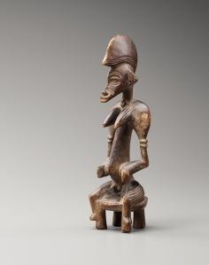 Figurine féminine assise tugubélé, « Maître de la coiffe en crête de coq », Côte d'Ivoire, centre du pays sénoufo, vers 1920. H. : 24,7 cm. Coll. privée. Photo F. Dehaen-Studio Asselberghs.