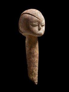 """Tête-piquet baàthíl, « Maître du style birifor dit de """"Poyo"""" », Burkina Faso, région ouest de Gaoua, vers 1930. H. ; 49 cm. © Collection privée. Ex-coll. Jacques Kerchache, acquise avant 1974."""
