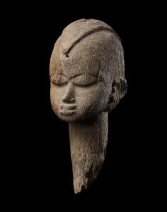 """Tête-piquet baàthíl, « Maître du style birifor dit de """"Poyo"""" », Burkina Faso, région de Gongombili, vers 1920. H. : 29,5 cm. © Collection François et Marie Christiaens."""