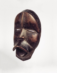 Masque chantant sengle par Uopié, Liberia, région dan occidentale, Nyor Diaple, vers 1920. Bois. H. 24,8 cm. © Brooklyn Museum, Don d'Arturo et Paul Realto Ramos, Inv. 56.6.25.