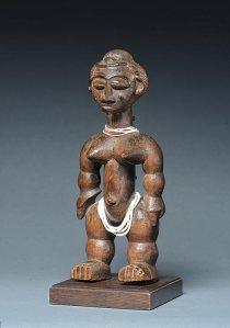 Figurine féminine nkpasopi, « Maître des volumes arrondis », Côte d'Ivoire, région kyaman, gwa, akyé ou abé, vers 1900. H. : 26 cm. © Coll. privée. Ex-coll. Michel Gaud.