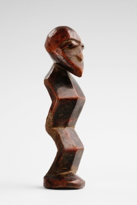 Statuette, Lega, République Démocratique du Congo. Bois. H. : 14,3 cm. Collectée in situ par D. P. Biebuyck, 1952. Photo. V. Everarts.