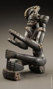 Statuette représentant un chef assis, Chokwe, Angola, XIXe siècle. Bois et clous. H. : 25 cm. Photo H. Dubois.