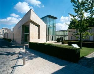 Vue de l'entrée du musée de l'Hospice Saint-Roch, architecte Pierre Colboc. Photo. J. Bernard.
