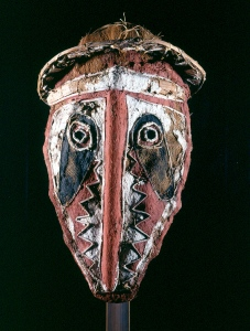 Masque de danse, Elema, golfe Papou, Papouasie Nouvelle-Guinée. Tapa, fibres végétales et pigments. Photo J. Bernard.