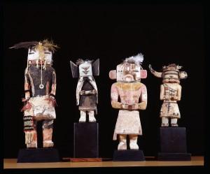 Quatre poupées kachina, Hopi, Nouveau-Mexique, 1900-1910. Dim. : 28 à 17 cm. Racine de peuplier américain, pigments, plumes et fibres végétales. © Musée de l'Hospice Saint-Roch, Issoudun. Photo J. Bernard/Leemage.