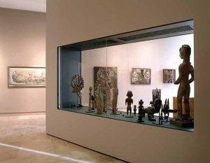 """Vue de la salle Cécile Reims et Fred Deux, """"sculptures africaines"""". Photo J. Bernard."""