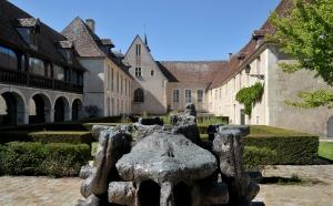 Parvis du musée, sculpture monumentale d'Étienne Martin, Le Puits-fontaine, ou La Maison de l'est, 1981, bronze, commande publique de la ville d'Issoudun. Photo P. Trawinski.