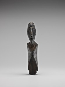Grande figure en ivoire noir, Okvik/Old Bering Sea I, vers 250 av. J.-C.-100 ap. J.-C. Ivoire de morse. Dim. : 8,6 x 1,9 x 1,6 cm. A7749.