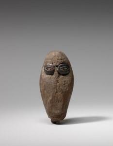Tête en bois, les yeux incrustés en ivoire, Okvik/Old Bering Sea I, vers 250 av. J.-C.-100 ap. J.-C. Bois et ivoire de morse. Dim. : 7,6 x 4,8 x 2,7 cm). A7921.