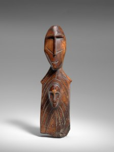 """Figure avec un visage sur le torse, """"Madone d'Okvik"""", Okvik/Old Bering Sea I, vers 250 av. J.-C.-100 ap. J.-C. Ivoire de morse. Dim. : 15,2 x 4,4 x 3 cm. A7927."""
