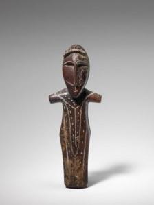 Figure masculine, Okvik/Old Bering Sea I, vers 250 av. J.-C.-100 ap. J.-C. Ivoire de morse. Dim. : 13,7 x 3,5 x 2,5 cm. A7980.
