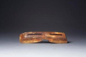 Lunettes de protection pour la neige, Punuk, vers 500-1000 ap. J.-C. Ivoire de morse. Dim. : 12,1 x 2,9 x 2,2 cm. A7986.