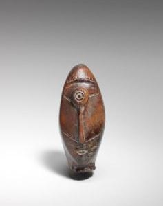"Tête ""cyclope"", Okvik/Old Bering Sea I, vers 250 av. J.-C.-100 ap. J.-C. Ivoire de morse. Dim. : 7 x 3,2 x 3,2 cm. A80149."