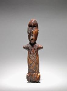 Figure féminine, Okvik/Old Bering Sea I, vers 250 av. J.-C.-100 ap. J.-C. Ivoire de morse. Dim. : 17,8 x 5,4 x 3,2 cm. A80150.