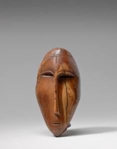 Tête, Okvik/Old Bering Sea I, vers 250 av. J.-C.-100 ap. J.-C. Ivoire de morse. Dim. : 8,3 x 4,1 x 4,1 cm. A80151.