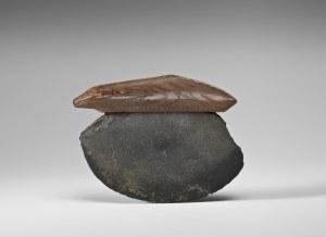 Couteau ulu, Old Bering Sea II, vers 100-300 ap. J.-C. Ivoire de morse et lame en ardoise. Dim. : 10,2 x 7,6 x 1 cm. A8253.