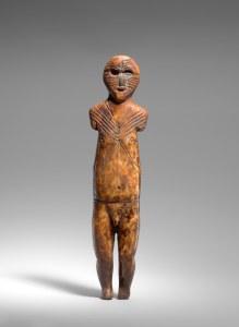 Personnage tatoué, le nez incrusté en pierre, Old Bering Sea III ou début de la période punuk, vers 500-800 ap. J.-C. Ivoire de morse et pierre. Dim. : 19,4 x 4,8 x 1,9 cm. A8360.