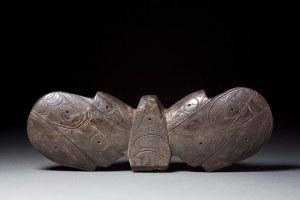 """Stabilisateur de harpon (""""objet ailé""""), Old Bering Sea II, vers 100-300 ap. J.-C. Ivoire de morse. Dim. : 6,4 x 18 x 3,2 cm. A9002."""