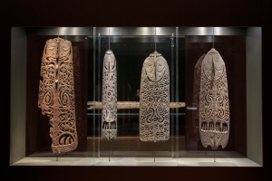 Exposition Myth + Magic : quatre planches malu, province de l'est du Sepik, Papouasie Nouvelle-Guinée. Bois et pigment. H. : 181, 187, 138 et 154,4 cm. © Respectivement : National Gallery of Australia, Canberra, acquise d'Anthony Forge, 1977 ; Museum Victoria, Inv. X42471 et X42470, acquises de George William Lambeth Townsend, 1935 ; Queensland University Museum of Anthropology, Inv. 23100.