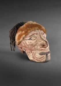 Crâne surmodelé, province de l'est du Sepik, Papouasie Nouvelle-Guinée, XIXe-XXe siècle. Crâne, terre, ocre, cheveux et fourrure. Dim. : 24 x 20 x 25 cm. © Australian Museum, Sydney.Don Miss Ramsay-Smith, 1937.