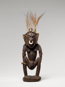 Figure féminine, Ramu ou cours inférieur du Sepik, Papouasie Nouvelle-Guinée. Cette statuette porte le masque qui cache le visage des femmes dansant pour la cérémonie de la ménopause. Bois, plumes de paradisier, poils, fibres et coquillages. H. : 50 cm. © Musée du quai Branly, Inv. 71.1939.127.90. Photo T. Ollivier et M. Urtado.
