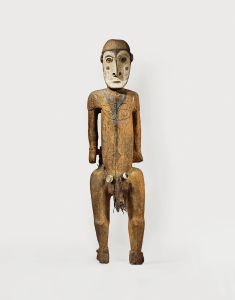Figure masculine, village de Yamök, Sawos, Papouasie Nouvelle-Guinée. Bois, fibres, cône, peau de chauve-souris et pigments. H. : 218 cm. Collectée le 15 juin 1959 par Alfred Bühler. © Museum der Kulturen, Bâle, Inv. Vb 17702. Photo C. Germain.
