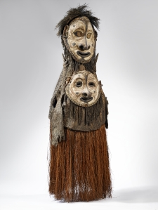 Masque awan, village de Kararau, Iatmul, Papouasie Nouvelle-Guinée. Rotin, fibres, vannerie, coquillages et pigments. H. : 180 cm. Collecté par Alfred Bühler en 1956. © Museum der Kulturen, Bâle, Inv. Vb 14714. Photo C. Germain.