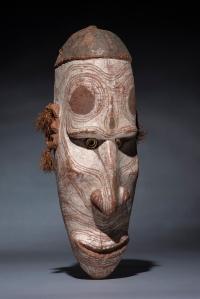 Masque mwai, province de l'est du Sepik, Papouasie Nouvelle-Guinée, XIXe ou tout début du XXe siècle. Bois, fibres, coquillages et pigments. H. : 53,5 cm. Collecté par le capitaine Haug, 1909. ©South Australian Museum, Adélaïde.