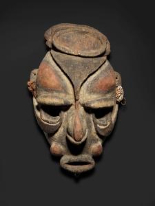 Masque, rivière Yuat, province de l'est du Sepik, Papouasie Nouvelle-Guinée, XIXe siècle. Bois, fibres, coquillages et pigment. Dim. : 40,6 x 23 x 19 cm. © National Gallery of Australia, Canberra. Achat 2010.