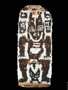Panneau de mosaïque de plumes, Kambot, village de Kambaramba (Kumbragumbra), Papouasie Nouvelle-Guinée. Fibres, rotin et plumes. H. : 88 cm. Collecté probablement par Richard Thurnwald, acquis en 1913. © Ethnologisches Museum, Berlin, Inv. VI 38609. Photo Claudia Obrocki.