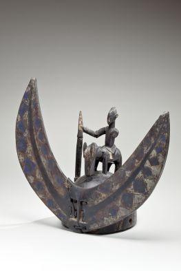 Casque, Sénoufo, Côte d'Ivoire. Bois, métal, fibres et pigments. H. : 52 cm. Ex-coll. F.-H. Lem ; Helena Rubinstein. © Newark Museum, achat 1966, The Member's Fund. Inv. 66.619.
