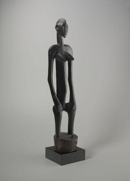 Figure féminine deble, Sénoufo, Côte d'Ivoire. Bois. H. : 104 cm. © Yale University Art Gallery, New Haven, CT., Charles B. Benenson, B.A. 1933, Collection. Inv. 2006.51.60).