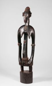 Figure féminine deble, Sénoufo, Maître de Folona, région de Sikasso, nord de la Côte d'Ivoire. Bois, cauris, graines de pois rouges et latex. H. : 90,5 cm. Ex-coll. F.-H. Lem, 1935 ; Helena Rubinstein. © Collection particulière. BAMW Photography.