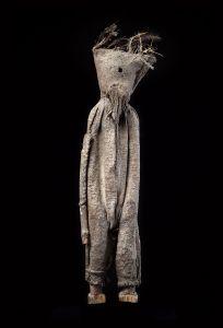 Figure anthropomorphe kafigeledio, Sénoufo, Côte d'Ivoire. Bois, textile, terre et plumes. H. : 71,1 cm. © Coll. privée. Austin Kennedy/Paper Scenery, New York.