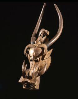 Masque heaume korobla. Sénoufo, Côte d'Ivoire. Bois. L. : 114 cm, The Museum for African Art, New York, don de Corice Canton Arman. Inv. 2010.02. Photo Jerry L. Thompson.