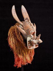 Masque-heaume kponyugu, atelier ou maître inconnu de la région de Korhogo, centre du pays sénoufo, Côte d'Ivoire, vers 1930. Bois, fibres et pigments. H. : 32,5 cm. © Rietberg Museum, Zurich, don de Rahn & Bodmer. Inv. RAF 321. Ex-coll. Emil Storrer, acquis en 1953.