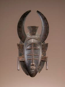 Masque, Sénoufo, Côte d'Ivoire. Bois et clous de tapissier. H. : 36 cm. © National Museum of African Art, Smithsonian Institution, Washington, DC. Gift of Walt Disney World Co., a subsidiary of The Walt Disney Company. Inv. 2005-6-50. Photo Franko Khoury.
