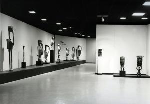Senufo Sculpture from West Africa, vue de la salle dédiée aux figures d'oiseau setyen, exposition organisée par le Museum of Primitive Art, New York, 20 février-5 mai 1963. © The Art Institute of Chicago.