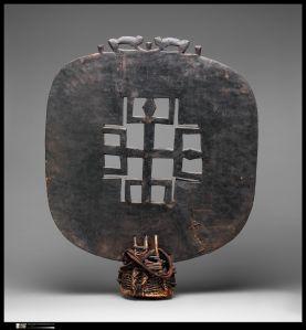 Parure de tête, Sénoufo, Côte d'Ivoire. Bois, fibres, jonc et tissu de coton. H. : 99,1 cm. © The Metropolitan Museum of Art, New York, don de M. et Mme J. Gordon Douglas III, 1984. Inv. 1984.514.3).