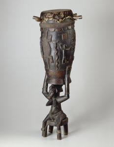 Tambour, Sénoufo, Côte d'Ivoire. Bois. H. : 122,9 cm. © The Art Institute of Chicago, Robert J. Hall, Herbert R. Molner Discretionary, and African and Amerindian Art Purchase funds. Inv. 1990.137.