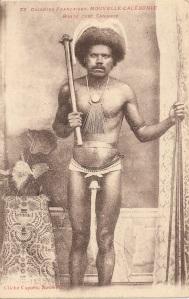 « 73. Colonies Françaises. Nouvelle-Calédonie. Bondé [tribu se situant dans la commune de Ouégoa] chef Canaque. Cliché Caporn, Nouméa. ». 13,9 x 8,9 cm.